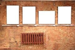 Quadros na parede de tijolo vermelho foto de stock