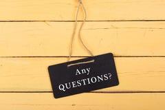Quadros-negros com inscrição 'ALGUMA pergunta? ' imagens de stock