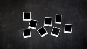 Quadros retros vazios da foto unidos a um quadro-negro do metal com ímã Imagem de Stock