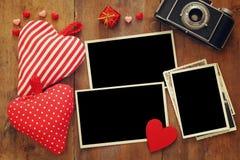 quadros vazios da foto ao lado da câmera e dos corações velhos Imagens de Stock