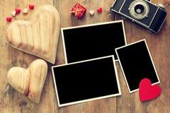 quadros vazios da foto ao lado da câmera e dos corações velhos Fotografia de Stock