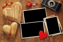 quadros vazios da foto ao lado da câmera e dos corações velhos Foto de Stock