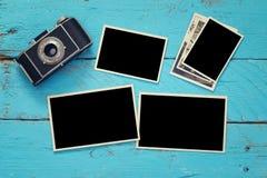 Quadros vazios da foto ao lado da câmera velha Fotos de Stock Royalty Free