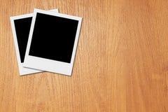 Quadros vazios da foto do Polaroid na mesa Fotografia de Stock
