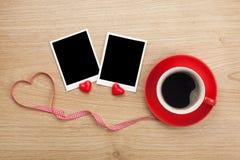 Quadros vazios da foto e copo de café vermelho imagens de stock royalty free