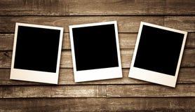 Quadros vazios da foto no fundo de madeira Foto de Stock