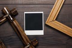 Quadros vazios e foto velha na tabela de madeira Fotografia de Stock Royalty Free