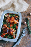Quaglia al forno con bacon ed i piselli Immagini Stock