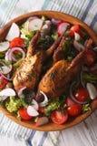 Quaglia arrostita ed insalata del primo piano degli ortaggi freschi Verticale a immagine stock