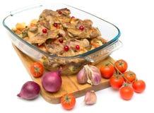 Quaglie, mirtilli e verdure arrostiti su fondo bianco Fotografia Stock Libera da Diritti