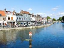 Quai Belu op de rivier van Somme in Amiens-stad Stock Afbeeldingen