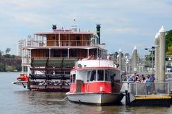 Quai de ferry d'Eagle Street Pier à Brisbane Images stock