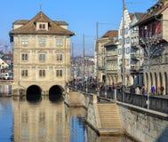 Quai de Limmatquai à Zurich en hiver images stock
