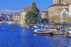 Quai de Limmatquai pendant l'événement de Zurich Samichlaus-Schwimmen Images libres de droits