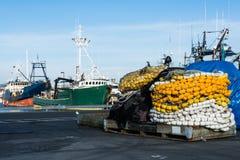 Quai de réseaux de bateaux de pêche Photos stock