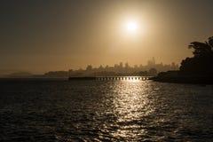 Quai de torpille et silhouette du centre au lever de soleil à San Francisco image stock