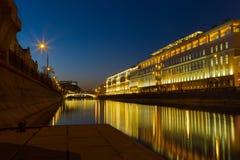 Quai de ville la nuit images stock