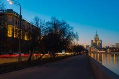 Quai de ville la nuit images libres de droits