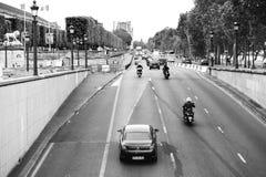 Quai des Tuileries med tung trafik i Paris arkivfoton