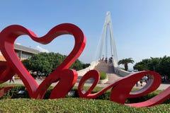 Quai du ` s de pêcheur avec le pont d'amour à l'arrière-plan dans Tamsui, Taïwan Photos stock