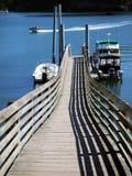 Quai et bateau de pêche Photos stock
