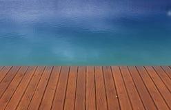 Quai et bleu en bois photos libres de droits