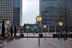 Quai jaune canari, Londres, affichant des horloges Image stock