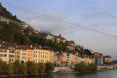 Quai Perriere, Isere River, Grenoble, sydöstliga Frankrike Royaltyfri Foto