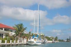 Quai vivant avec le bateau à voiles image libre de droits