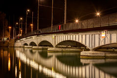 Quaibruecke桥梁在苏黎世在晚上 免版税库存照片
