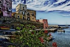 Quaint gebouwen van het kustdok royalty-vrije stock afbeelding