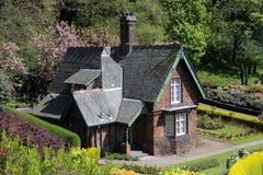 Quaint oud plattelandshuisje in de tuinen van de Straat van Prinsen royalty-vrije stock afbeelding