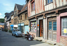 Quaint straat in Normandië, Frankrijk Stock Fotografie