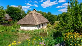 Quaint thatched cottage in countryside Royalty Free Stock Photography