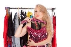 Quais se vestem devo eu escolho, desgaste da terra arrendada da jovem mulher Foto de Stock Royalty Free