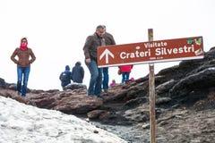 Qualche gente pratica camminare e trekking sulla cima dell'Etna in Sicilia in Italia Fotografia Stock