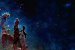 In qualche luogo nello spazio Colonne della creazione Gli elementi di questa immagine sono stati forniti dalla NASA immagini stock libere da diritti