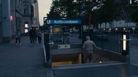 Qualcuno che cammina giù l'entrata Kurfuerstendamm di U-Bahn della metropolitana a Berlino, Charlottenburg video d archivio
