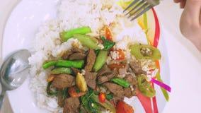 Qualcuno mangia con una forcella, riso con fegato, alimento di vista superiore su un piatto bianco archivi video
