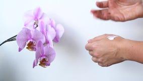 Qualcuno mani con crema video d archivio