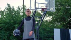 Qualcuno pallacanestro di lancio al giocatore femminile, alla palla di cattura della donna e ad esaminare macchina fotografica, s video d archivio