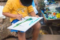 Qualcuno sta dipingendo una certa immagine con il pennello dell'acqua Immagini Stock Libere da Diritti