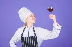 Quale servire del vino con la cena Il sommelier gode del vino Gusto eccellente Abilit? del sommelier Vino servente al ristorante  immagini stock