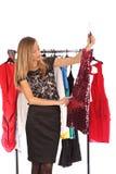 Quale si vestono dovrei seleziono, usura della tenuta della giovane donna Fotografia Stock Libera da Diritti