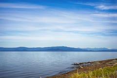Qualicum strand i den Vancouver ön, med de kanadensiska steniga bergen in Arkivbilder