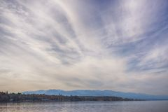 Qualicum strand i den Vancouver ön, med de kanadensiska steniga bergen in Royaltyfri Bild