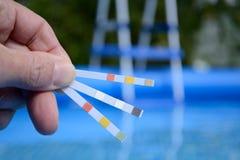 A qualidade de água é testada fotografia de stock