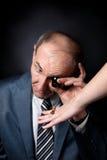 Qualidade de avaliação do homem idoso do anel com pedra Fotografia de Stock