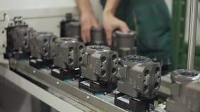 Qualidade de controlo da produção do operário na linha do transporte Peças da máquina video estoque