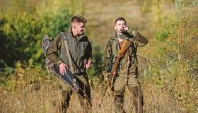 Qualifications de chasse et ?quipement d'arme Comment chasse de tour dans le passe-temps Amiti? des chasseurs des hommes Forces d images libres de droits